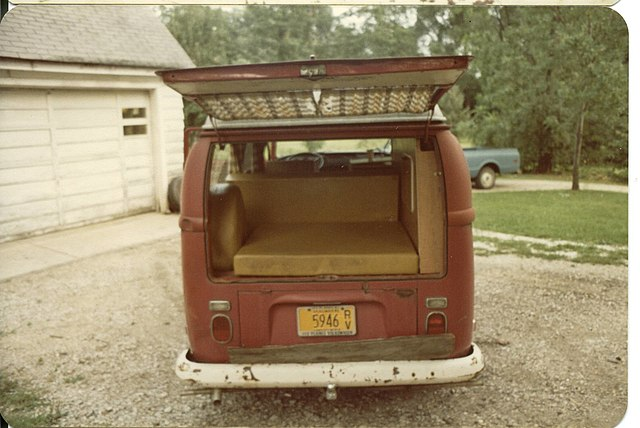 https://upload.wikimedia.org/wikipedia/commons/thumb/3/3b/1971_volkswagen_campermobile_rear_opened.jpg/640px-1971_volkswagen_campermobile_rear_opened.jpg