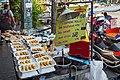 2016 Bangkok, Dystrykt Phra Nakhon, Ulica Chakrabongse, Uliczne jedzenie (03).jpg