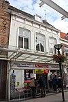 foto van Huis met derde kwart 19e-eeuwse gepleisterde lijstgevel. Jaartalankers (16 ). Fraaie kap, zijtopgevels met vlechtingen. Moderne winkelpui