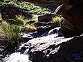 Agua debajo de la roca - panoramio.jpg