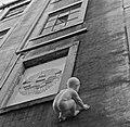 Baby climbing a building (7151815343).jpg