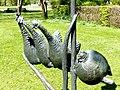 Bad Sassendorf – Bronze-Skulpturen – vier Hühner vor dem kleinen Tee- und Caféhaus - panoramio.jpg