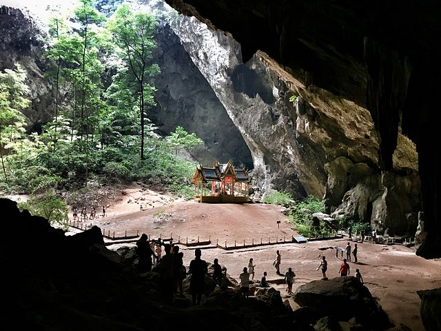 https://upload.wikimedia.org/wikipedia/commons/thumb/3/3b/Beautiful_of_cave.jpg/640px-Beautiful_of_cave.jpg