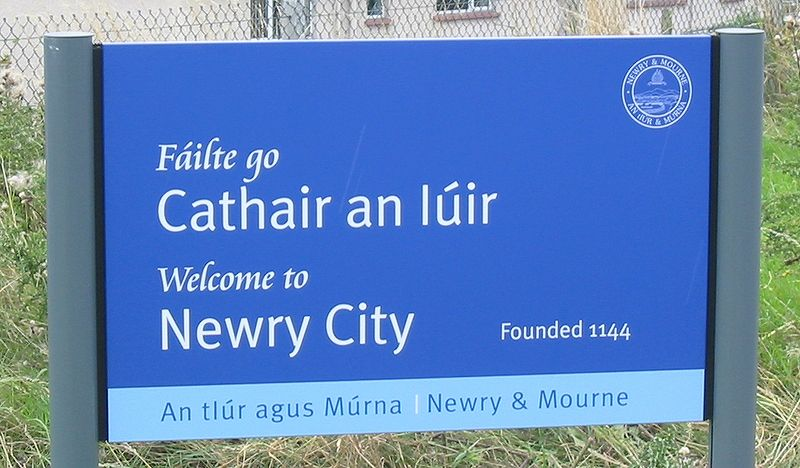 Fichier:Bilingual welcome sign Newry.jpg