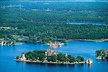 Isole di fiume: Heart Island, una delle Mille Isole, formate dal fiume San Lorenzo all'uscita dal lago Ontario, al confine tra Stati Uniti e Canada