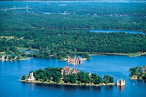 Boldt Castle in Thousand Islands; im Hintergrund die Thousand Islands Bridge auf kanadischer Seite