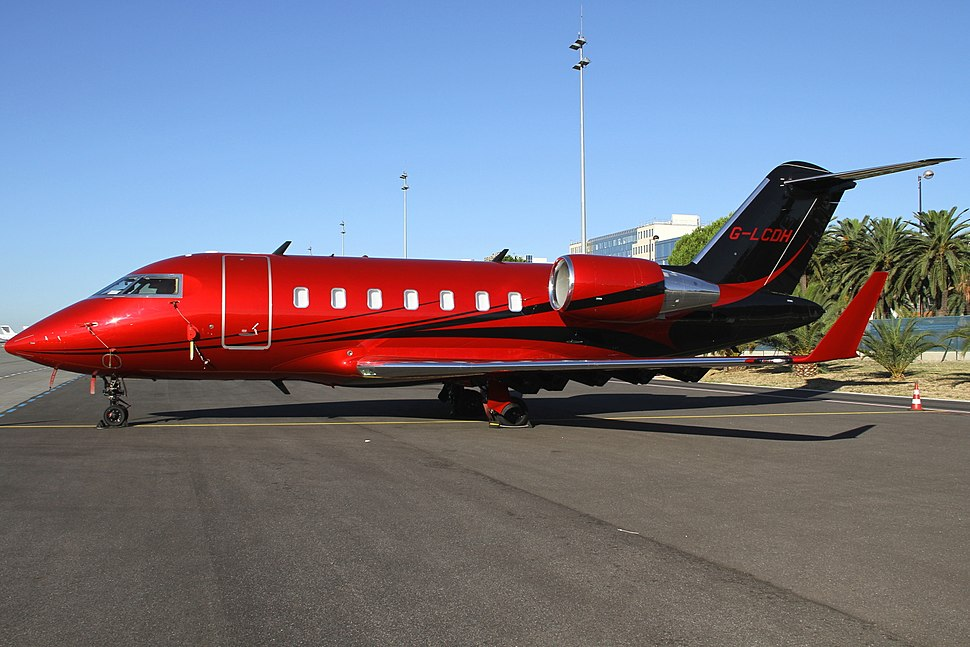Bombardier CL-600-2B16 Challenger 605 at Nice Airport.jpeg