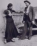 Bonnie apuntant de broma a Clyde amb una escopeta.jpg
