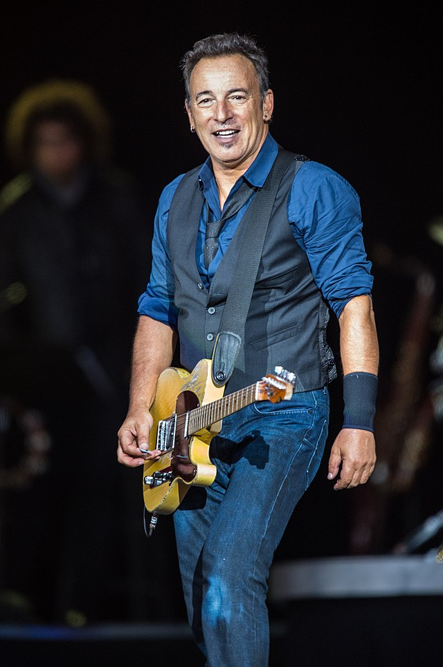 The 68-year old son of father Douglas Frederick Springsteen and mother Adele Ann Springsteen, 177 cm tall Bruce Springsteen in 2018 photo