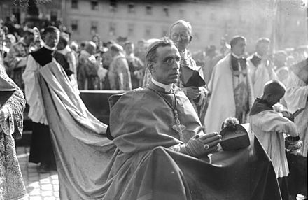 Nuncio Pacelli in July 1924 at the 900th anniversary of the City of Bamberg Bundesarchiv Bild 102-00535, Bamberg, 900 Jahr-Feier der Stadt.jpg