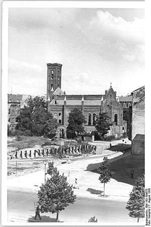 Dorotheenstadt - The burnt out Dorotheenstadt Church on Neustädtische Kirchstraße in 1950 (removed in 1968)