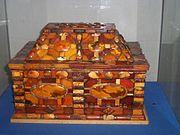 Un coffre orn� d'ambre.