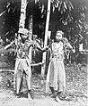 COLLECTIE TROPENMUSEUM Dansende medicijnmannen van de Dusun-Dajaks uit West-Borneo TMnr 10006665.jpg