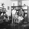 COLLECTIE TROPENMUSEUM Familieportret gemaakt in de woonkamer van hun huis TMnr 20000101.jpg