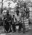 COLLECTIE TROPENMUSEUM Portret van drie mannen met in het midden een bestuurder van de Sanga bevolking TMnr 60031840.jpg