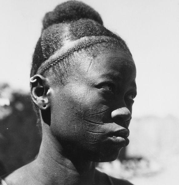 File:COLLECTIE TROPENMUSEUM Portret van een Samo vrouw met opgestoken kapsel en littekentatoeages TMnr 20010110.jpg