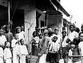 COLLECTIE TROPENMUSEUM Straatgezicht van Surabaya Oost-Java TMnr 10002873.jpg