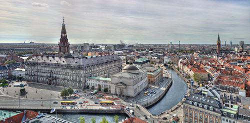 لقطة شاملة من أعلى كنيسة القديس نيقولا لجزيرة القلعة (بالدنماركية: Slotsholmen) في وسط كوبنهاغن في عام 2010، والتي تشمل على عدة معالم، من أهمها قصر كريستيانسبورغ والمُصلّى (الكنيسة) ذو القبة الذي يقع في منتصف الصورة.