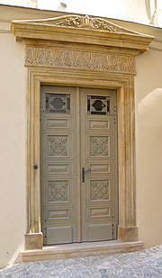 Klasicistní portál s původními klasicistními dveřmi dochovaný  v Olomouci