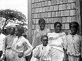 Collectie NMvWereldculturen, TM-10021209, Negatief 'Een groepsportret van vrouwen en mannen op Sint Eustatius', fotograaf niet bekend, voor 1910.jpg