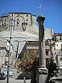 Colonna lapidea con croce votiva.jpg