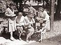 Dijakinje l. gimnazije pri praktičnih vajah predvojaške vzgoje pri pouku telefonije 1959.jpg