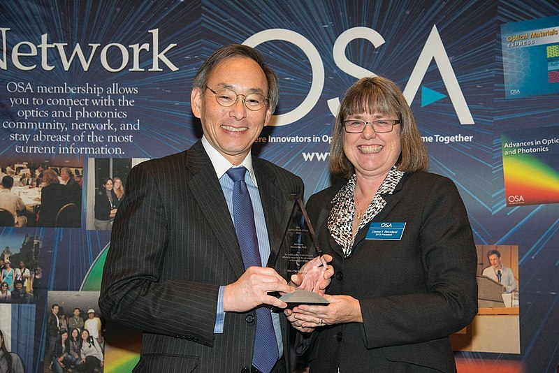 Photograph of Donna Strickland presenting Steve Chu with the Advocate of Optics Award at The Optical Society's leadership meeting in 2013
