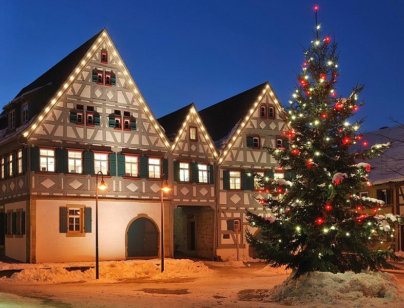 File:Dreigiebelhaus Weihnachten 2010.jpg
