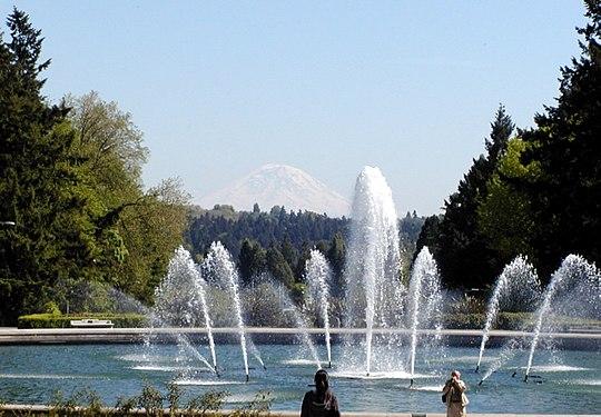 Drumheller fountain and Mount Rainier.jpg