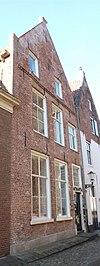 foto van Hals met puntgevel met vlechtingen, parterre, verdieping met zolderverdieping