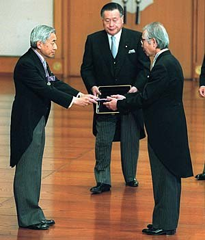 Hideki Shirakawa - Emperor Akihito conferred the Order of Culture on Shirakawa (at the Imperial Palace on November 3, 2000)
