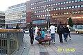 Flanörer på Sergels Torg en mycket varm måndagkväll, Sveriges Nationaldag - panoramio (4).jpg