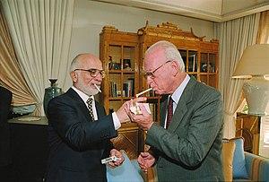 חוסיין מלך ירדן מדליק לראש ממשלת ישראל יצחק רבין סיגריה במעונו המלכותי בעקבה, לאחר חתימת הסכם השלום במסוף הערבה שליד אילת.