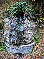 Fontaine-oratoire, le long du chemin de croix.jpg