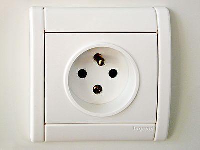 400px-French-power-socket.jpg