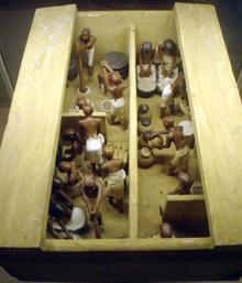 Statuette in gesso e legno provenienti da Tebe e risalenti all'undicesima dinastia (circa 2009 a.C. - 1998 a.C.) che raffigurano uomini al lavoro in un panificio-birrificio