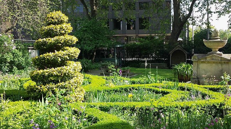 File:Garden of The Garden Museum, London.jpg