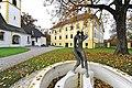 Grafenstein Krkoška-Brunnen vor der Pfarrkirche hl. Stefan und dem Schloss 05112011 111.jpg