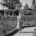 Hilde Eschen poseert in de tuin van Residenz Würzburg, Bestanddeelnr 254-3972.jpg
