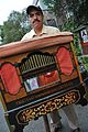 Hombre mexicano tocando el organillo.jpg