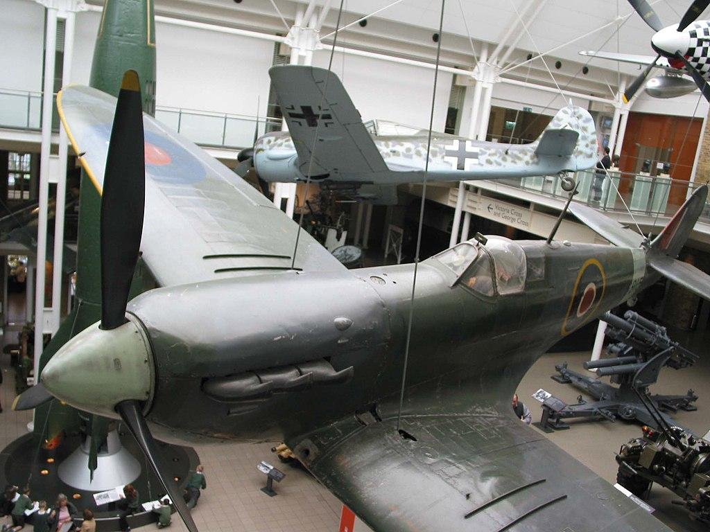 Avion Spitfire anglais contre Stuka allemand pendant la 2e guerre mondiale à l'Imperial Museum de Londres - Photo de GurraJG.