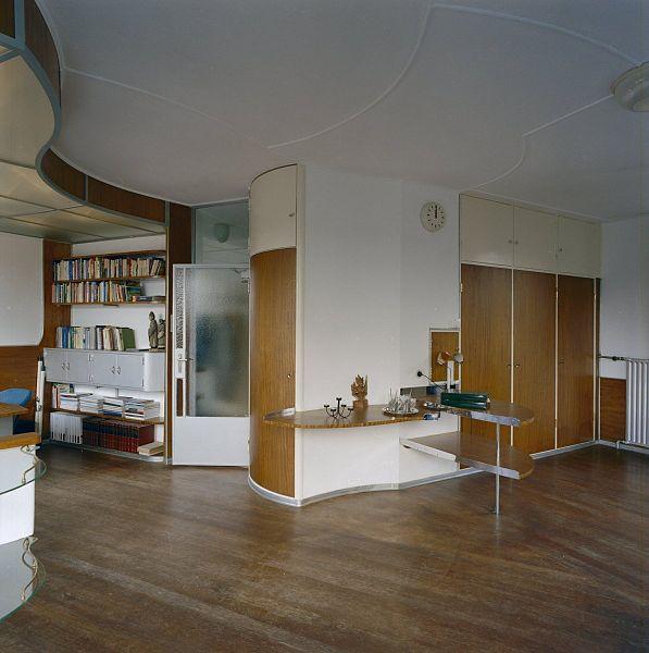Bestand:Interieur, overzicht woonkamer- toegangsdeur naar de hal ...