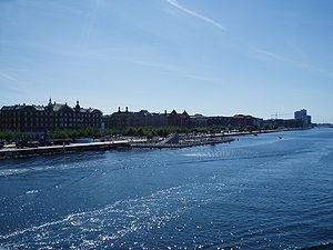 Islands Brygge med havnebadet set fra Langebro mod syd.