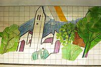 Ismaning Bahnhof Wandkeramik Kirche.JPG