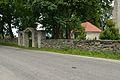 Jõelähtme kirikuaia piirdemüür väravaga.jpg
