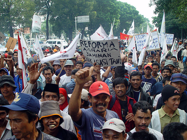 Farmers protesting for land reform in Indonesia, 2004 Jakarta farmers protest23.jpg