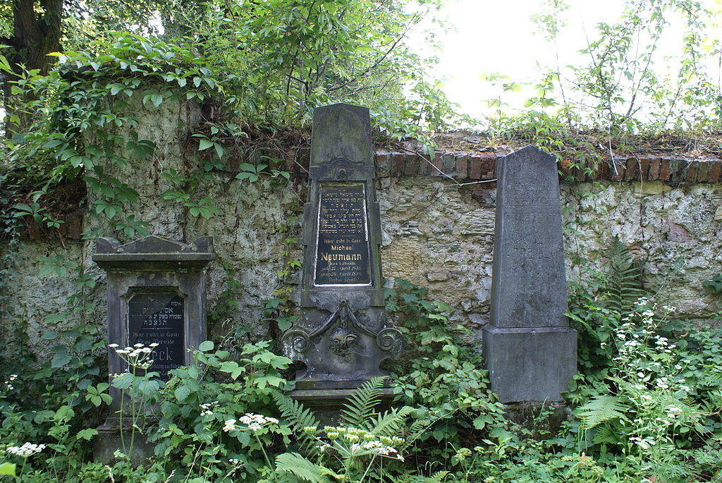 https://upload.wikimedia.org/wikipedia/commons/thumb/3/3b/Jewish_cemetery_in_Kladno_20.JPG/1024px-Jewish_cemetery_in_Kladno_20.JPG