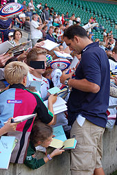Photo de Martin Johnson en train de signer des autographes au bord les tribunes du stade de Twickenham.