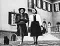 Két nő 1940-ben Budapesten, Bajor Gizi színművésznő villája udvarán. Fortepan 10478.jpg