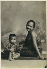 KITLV 10728 - Kassian Céphas - A studio portrait of a young woman with her son from Yogyakarta - Around 1900.tif